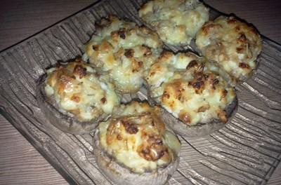 Ciuperci umplute cu brânză de capră și cașcaval