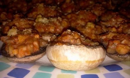 Ciuperci umplute cu sos de roșii, fulgi de drojdie inactivă și ghimbir