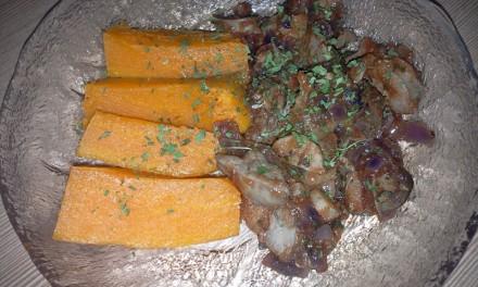 Ficat cu sos de roșii servit cu cartof dulce