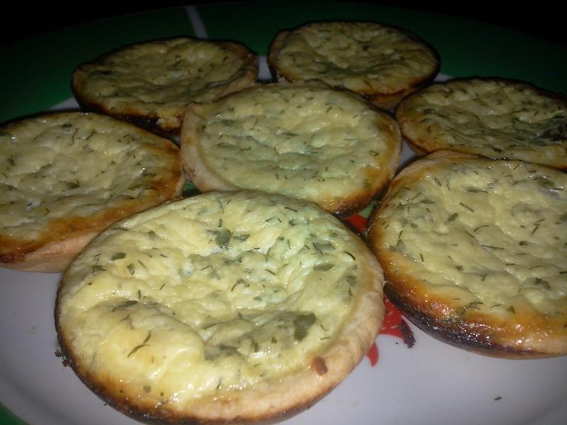 Mini-tarte cu brânză și verdeață
