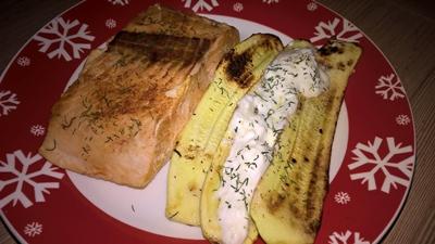 Somon cu dovlecel și sos de iaurt cu usturoi