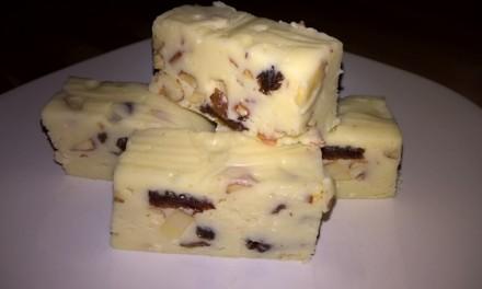 Ciocolată albă de casă cu migdale și stafide