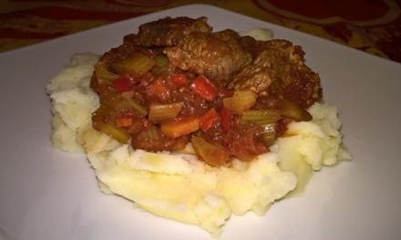 Mâncare de vită cu apio și sos de roșii