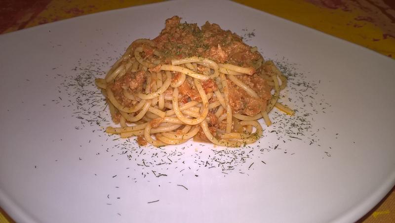Paste integrale cu ton și sos de roșii