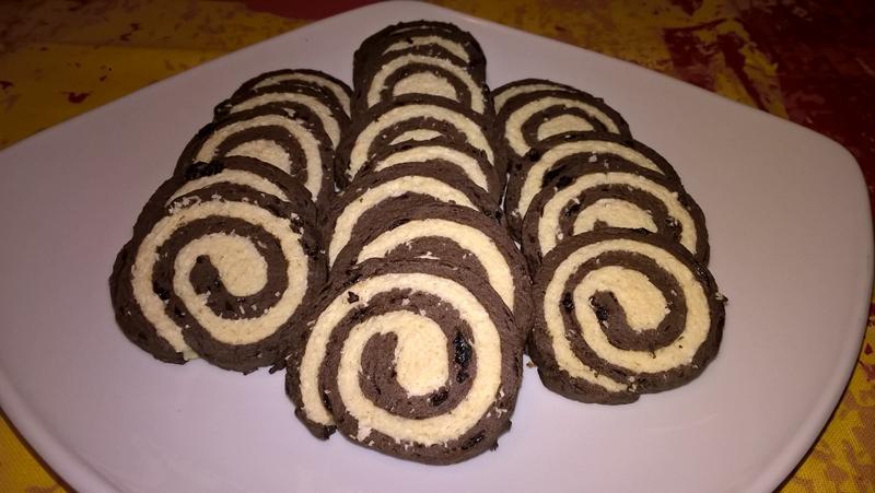 Biscuiți spirală cu carob și fulgi de cocos