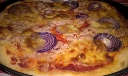 Pizza cu ton, ceapă și mozzarella