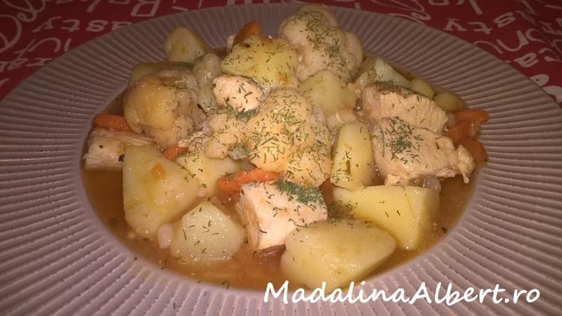 Tocană cu piept de pui, cartofi și conopidă