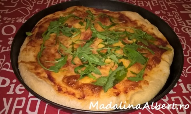 Pizza cu mozzarella, cașcaval și rucola