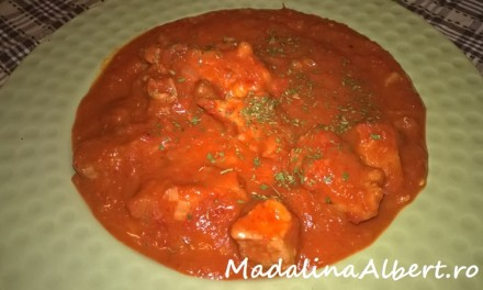 Vită cu sos de ardei copți și roșii