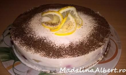 Tort cu iaurt, banane și vișine