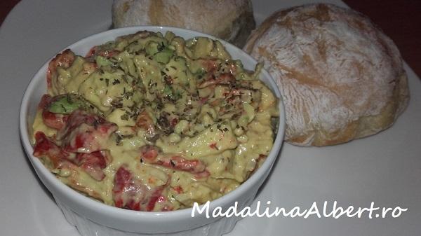 Salată cu avocado și ardei copți
