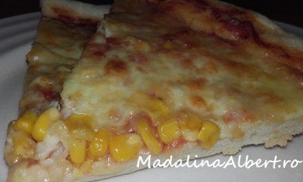 Pizza cu mozzarella, cașcaval și porumb