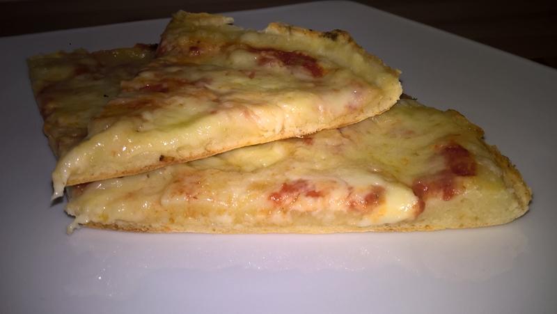 Pizza la tigaie cu mozzarella și cașcaval