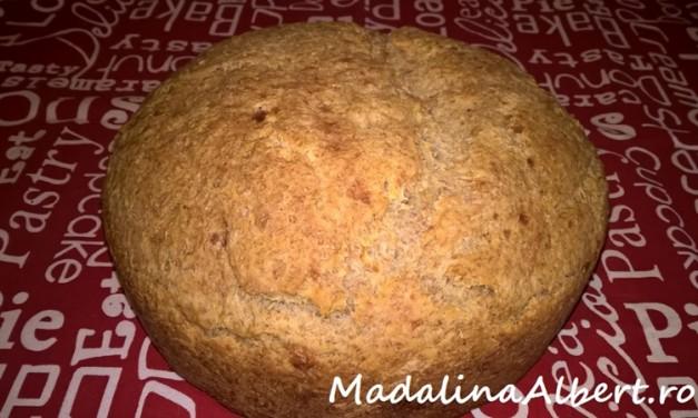Pâine integrală cu telemea și rozmarin