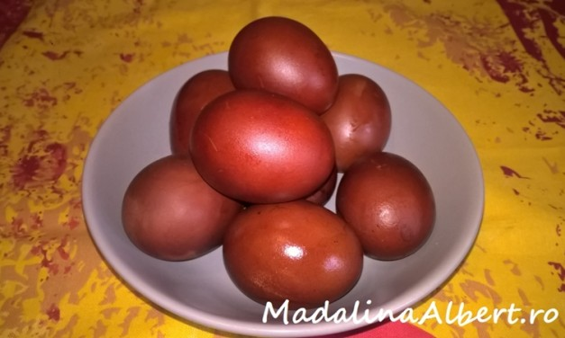 Ouă roșii vopsite cu coji de ceapă