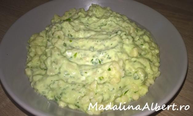 Paste cu sos de avocado și iaurt