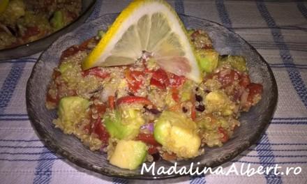 Salată cu ardei copți, quinoa și avocado