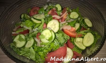 Salată cu roșii, castraveți și rucola