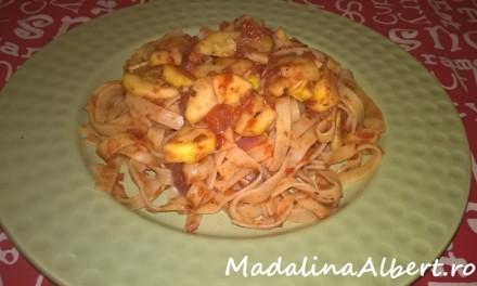 Tagliatelle cu sos de roșii și dovlecel