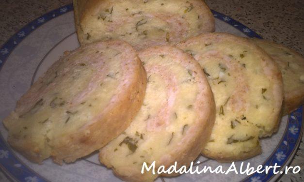Ruladă din piept de pui umplută cu brânză de vaci