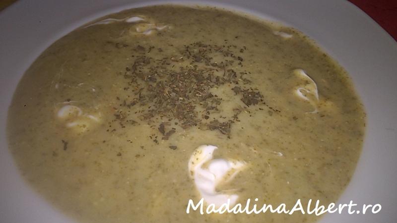 Supă cremă cu măcriș și smântână